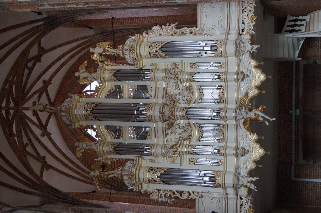Zdjęcie przedstawiające organy boczne w kościele św. Jana w Gdańsku.